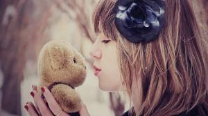 每日一句经典:爱情是世界上最美好的东西,即使它伤了你的心,也要笑着忘却,然后开始下一段旅程。