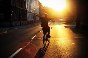 每日一句经典:你的灵魂太空旷了,寂静的只剩下回声。