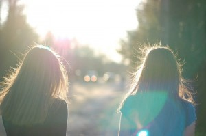 每日一句经典:我们丰富地过一生,不是因为有太大的享乐,而是由于有许多苦难。这些苦难在我们的挣扎下都过去了,且从记忆中升华,成为一种泰然。 ——刘墉 《寻找一个有苦难的天堂》